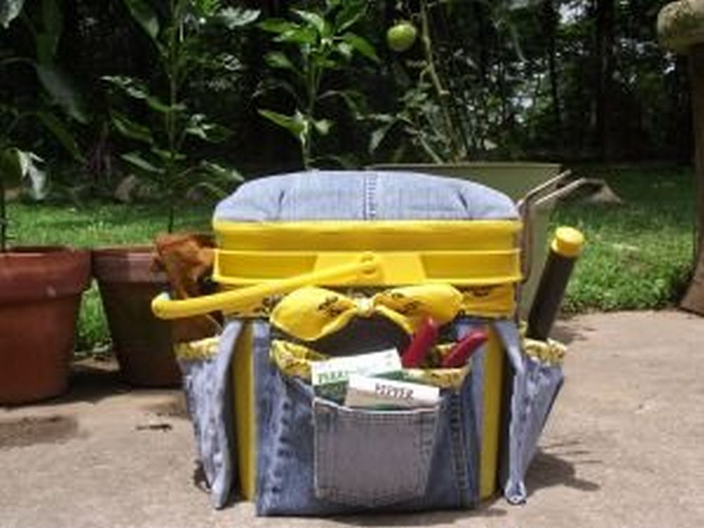 Got a bucket and old jeans? Make this garden tool bucket caddy!