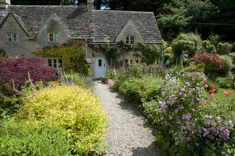 """From its humble beginnings, the English cottage garden has evolved into a proud national tradition. Here's how to put a little """"English"""" into your backyard!"""