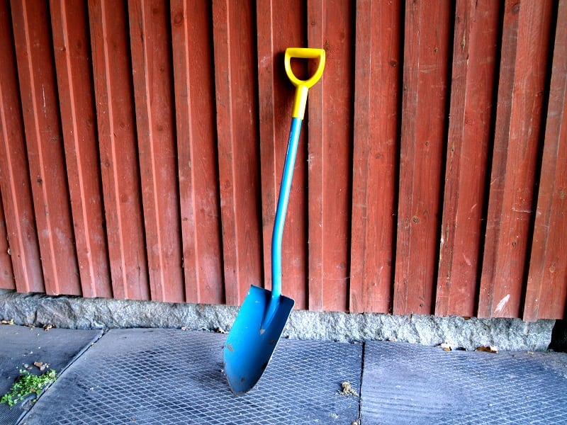 The shovel blade is usually angled forward, the spade blade is not.